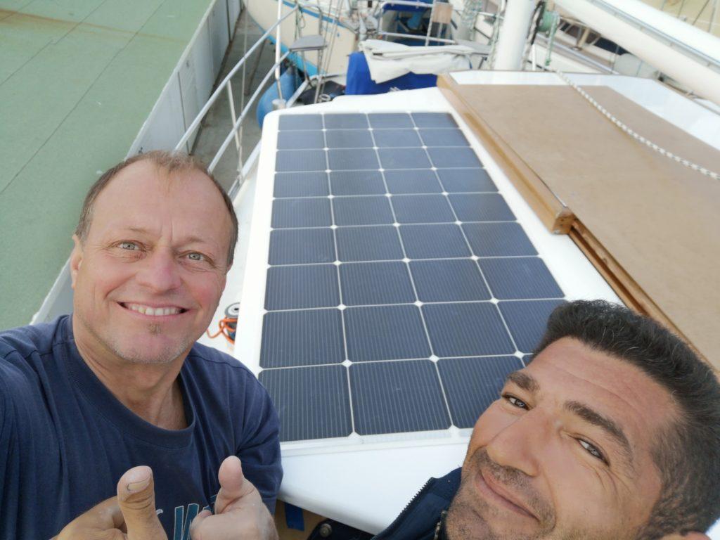 neue Solarzelle auf Deckhaus verklebt